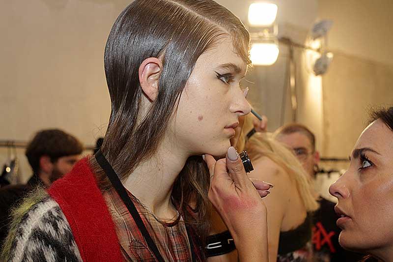 Fashion Show: N21 herfst winter 2018 2019. Make-up: Tom Pecheux voor M.A.C.