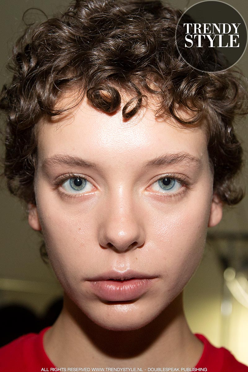 Make-up trends herfst winter 2019 2020. Natuurlijke make-up look. Sculpten en highlighten