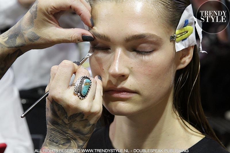 Natuurlijke make-up look met stoere wenkbrauwen