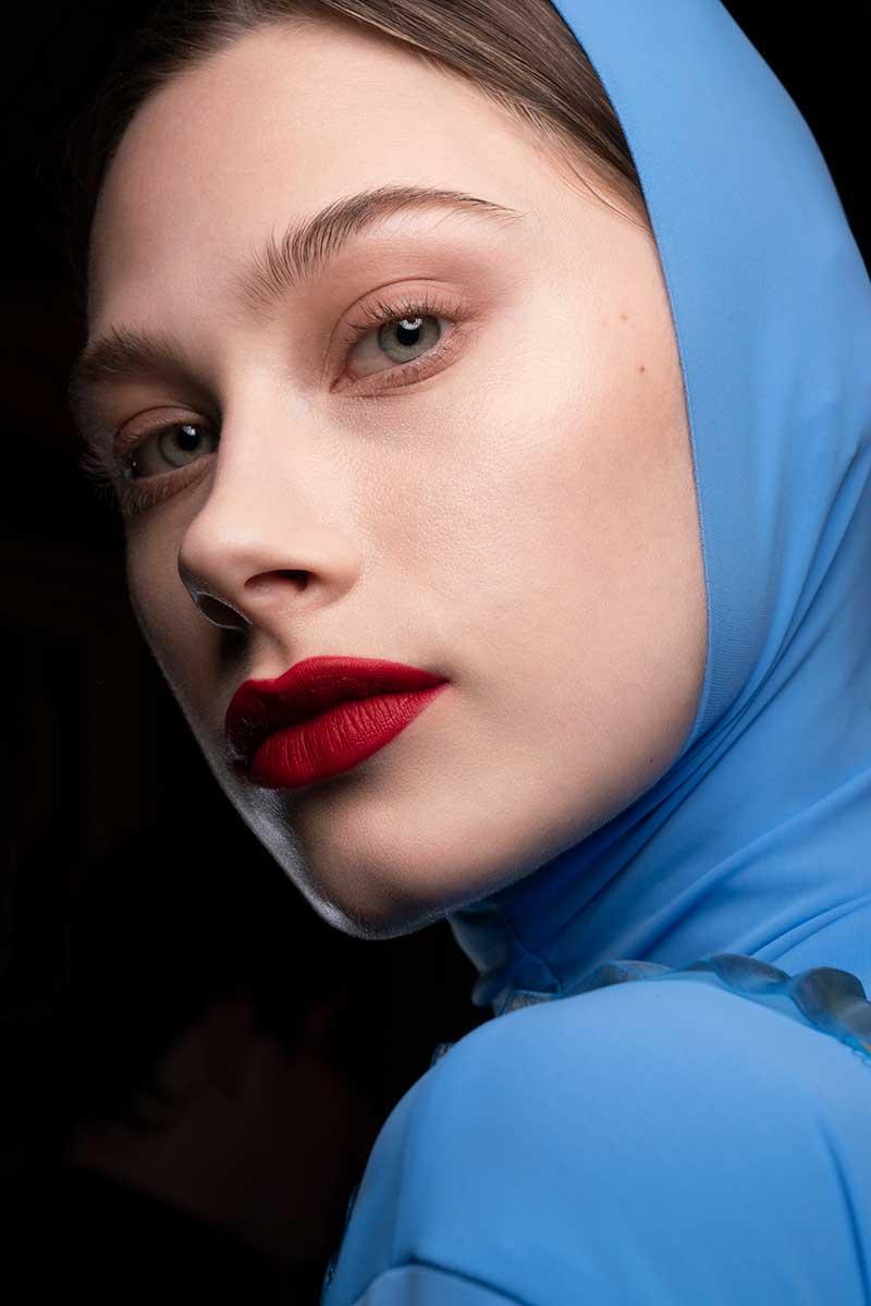 Make-up trends herfst winter 2020 2021. Rode lippenstift en eyeliner. Mac Cosmetics