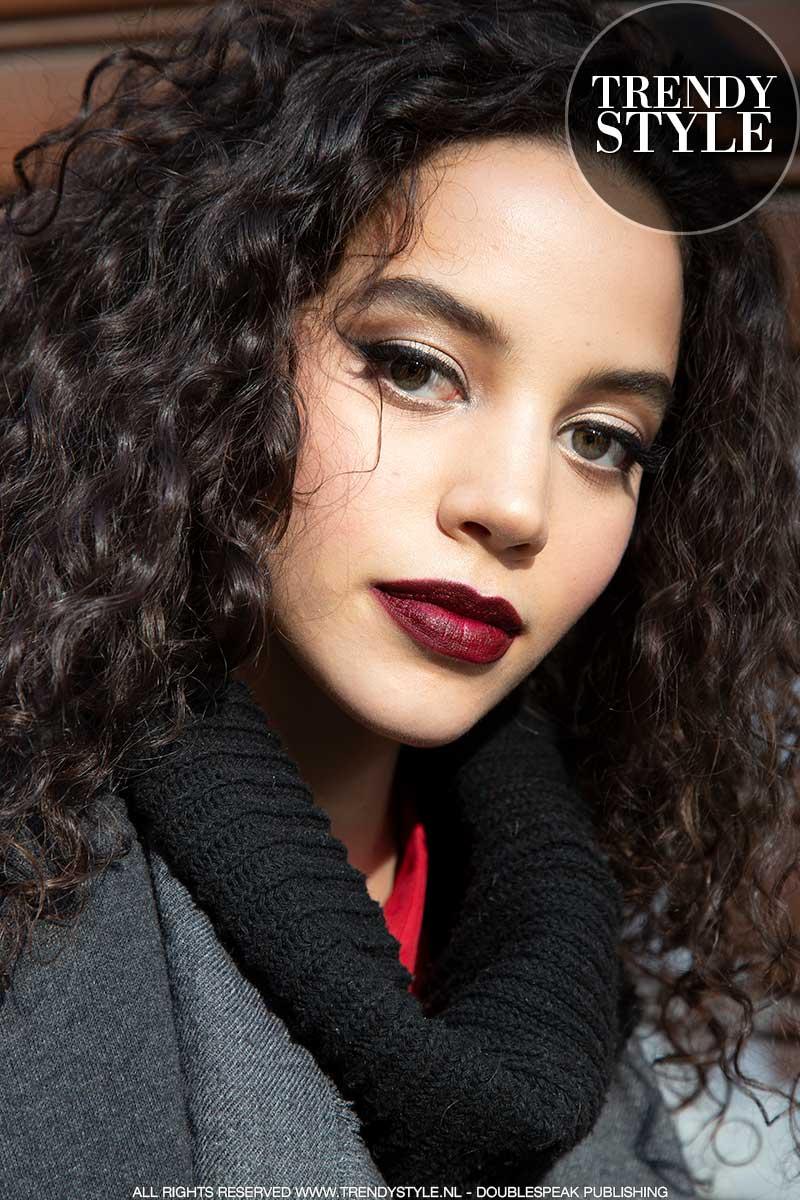 Make-up trends herfst winter 2020 2021. Rode lippenstift en zwarte eyeliner