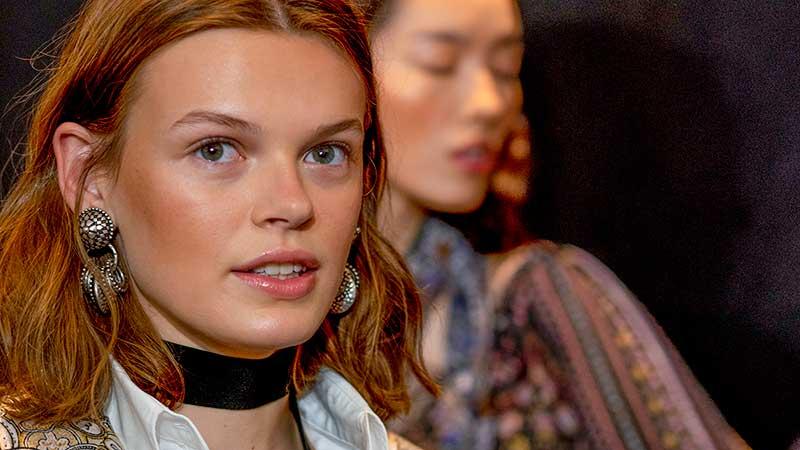 Make-up trends zomer 2020. Blush, bronzers en je gezichtsvorm. Modeshow: Etro