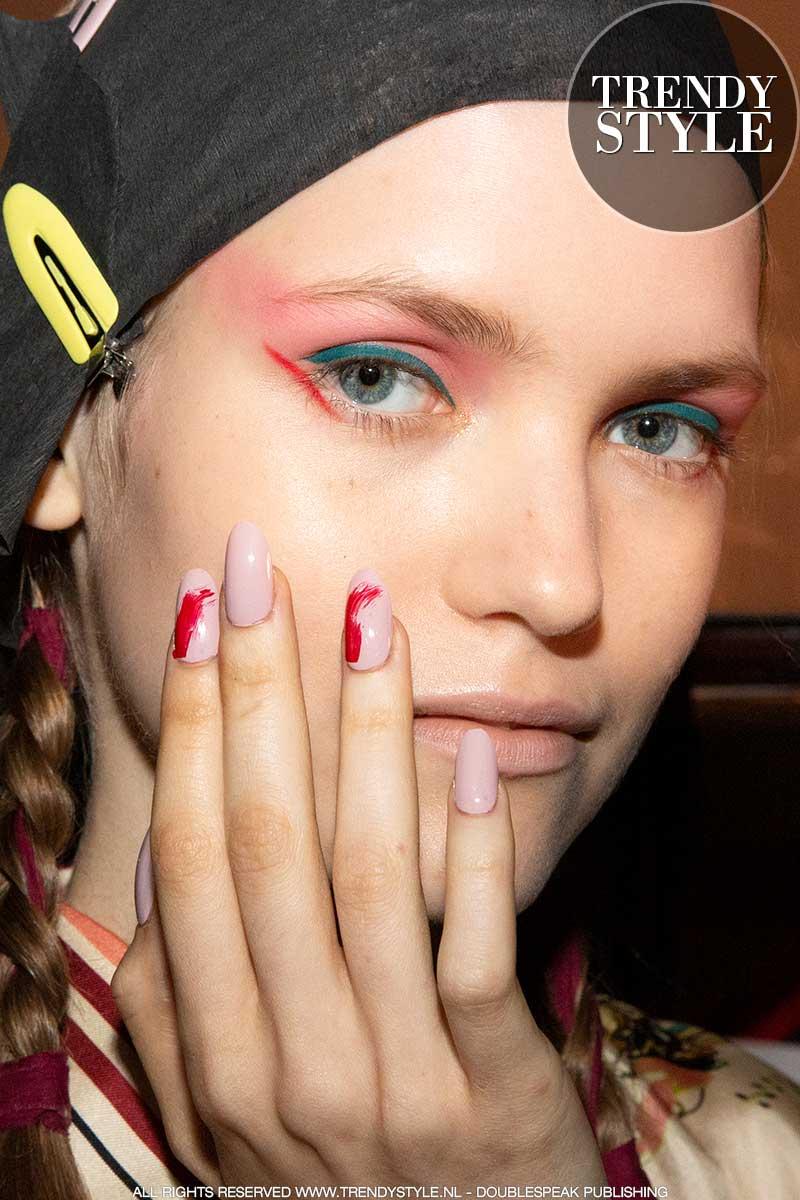 Make-up trends lente zomer 2020. Roze oogschaduw en gekleurde eyeliner