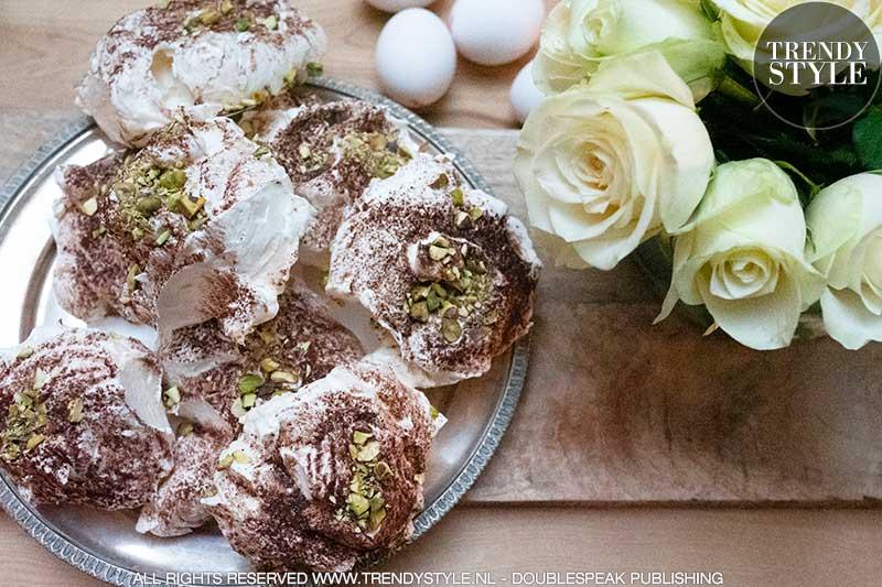 Meringues met cacao en pistachenoten. Zelf schuimkoekjes maken
