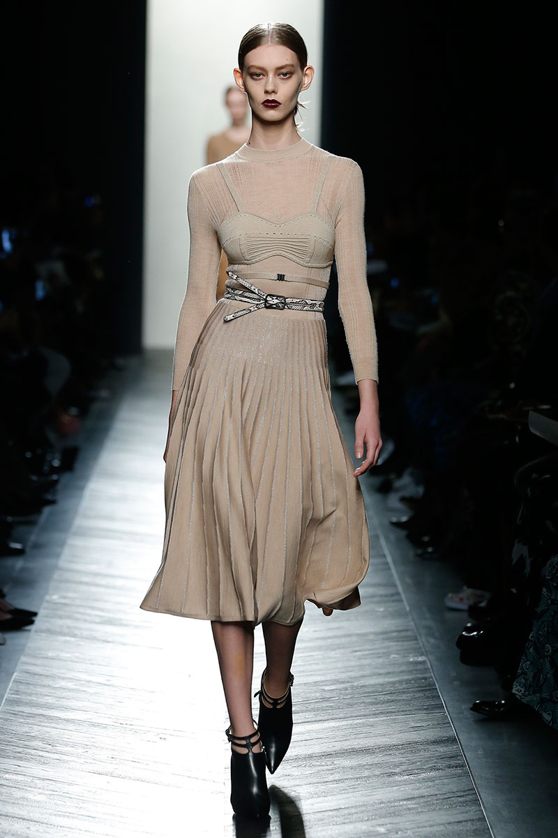 Huidkleurige jurk met gerende rok van Bottega Veneta herfst winter 2016 2017, photo: courtesy of Bottega Veneta