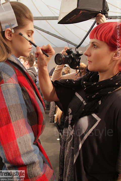 Make-up backstage bij Max Mara. Matching colors!