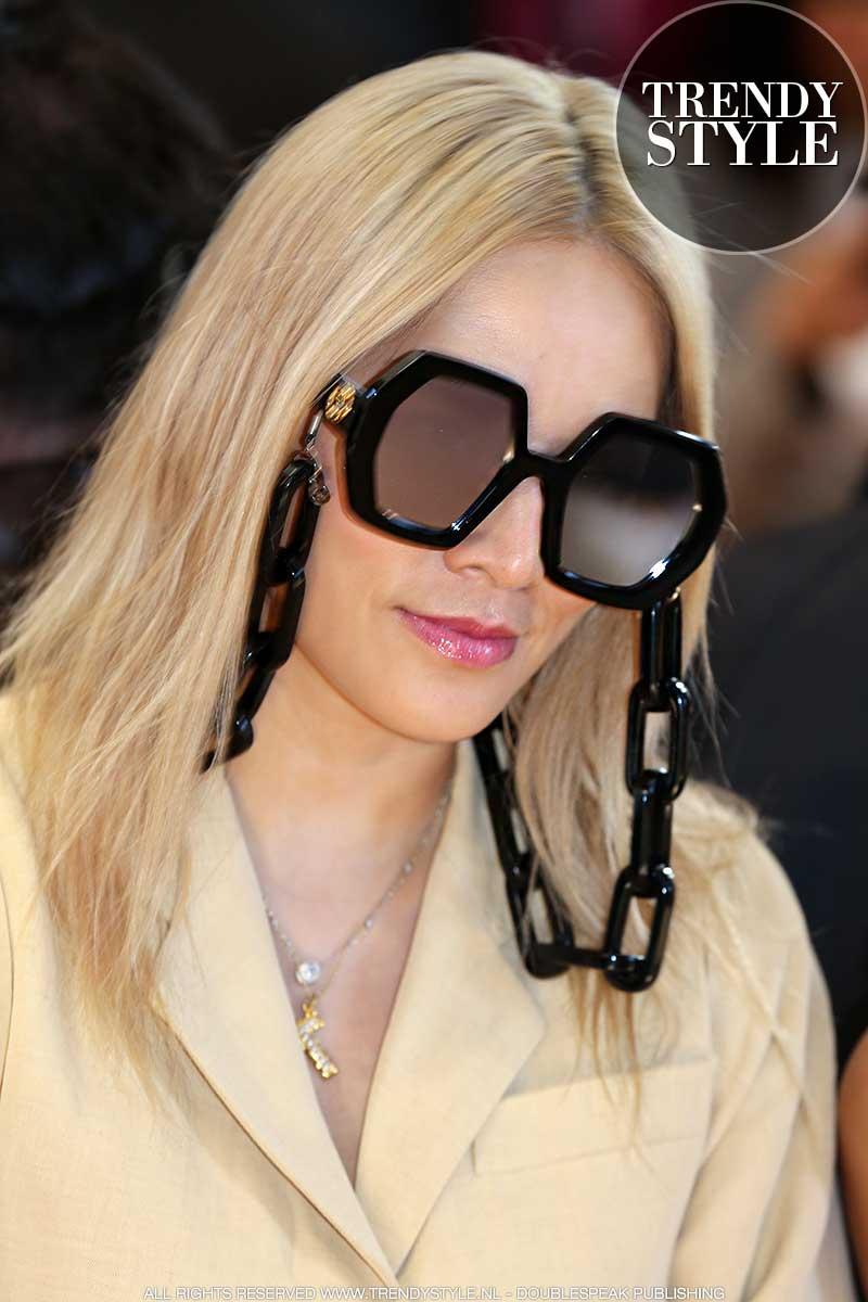Bizarre modetrend voor winter 2020 2021. Modeaccessoires. Zonnebril met ketting