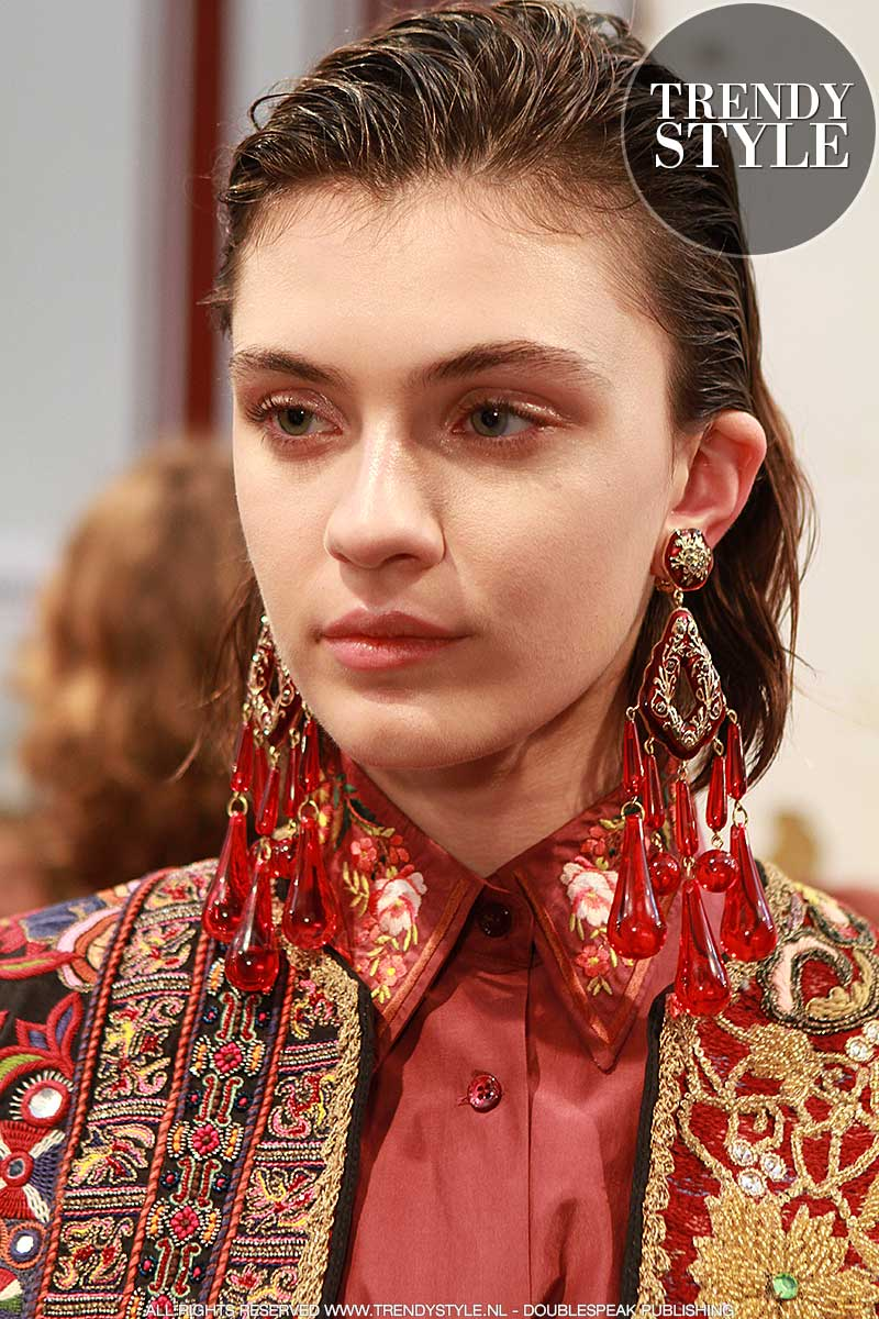 Mode accessoires 2018. Statement oorbellen en mega kettingen