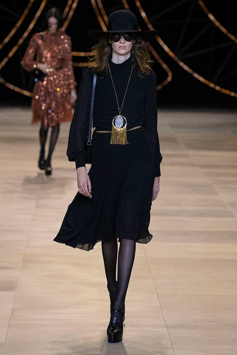 Mode accessoires winter 2020. Lange kettingen met bedels. Luxe of bohemian