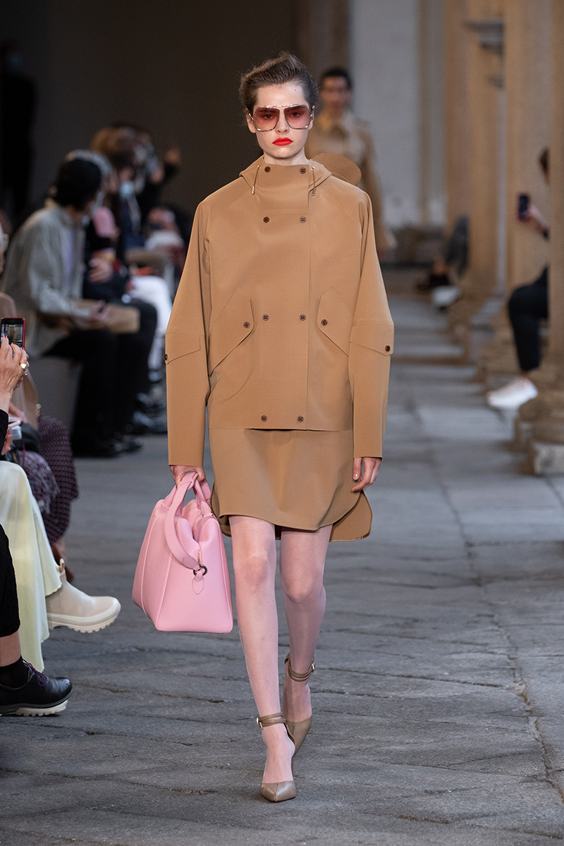 Modetrends 2021. Camel is (nog steeds) dé trend! Update je look! Photo: courtesy of Max Mara zomer 2021