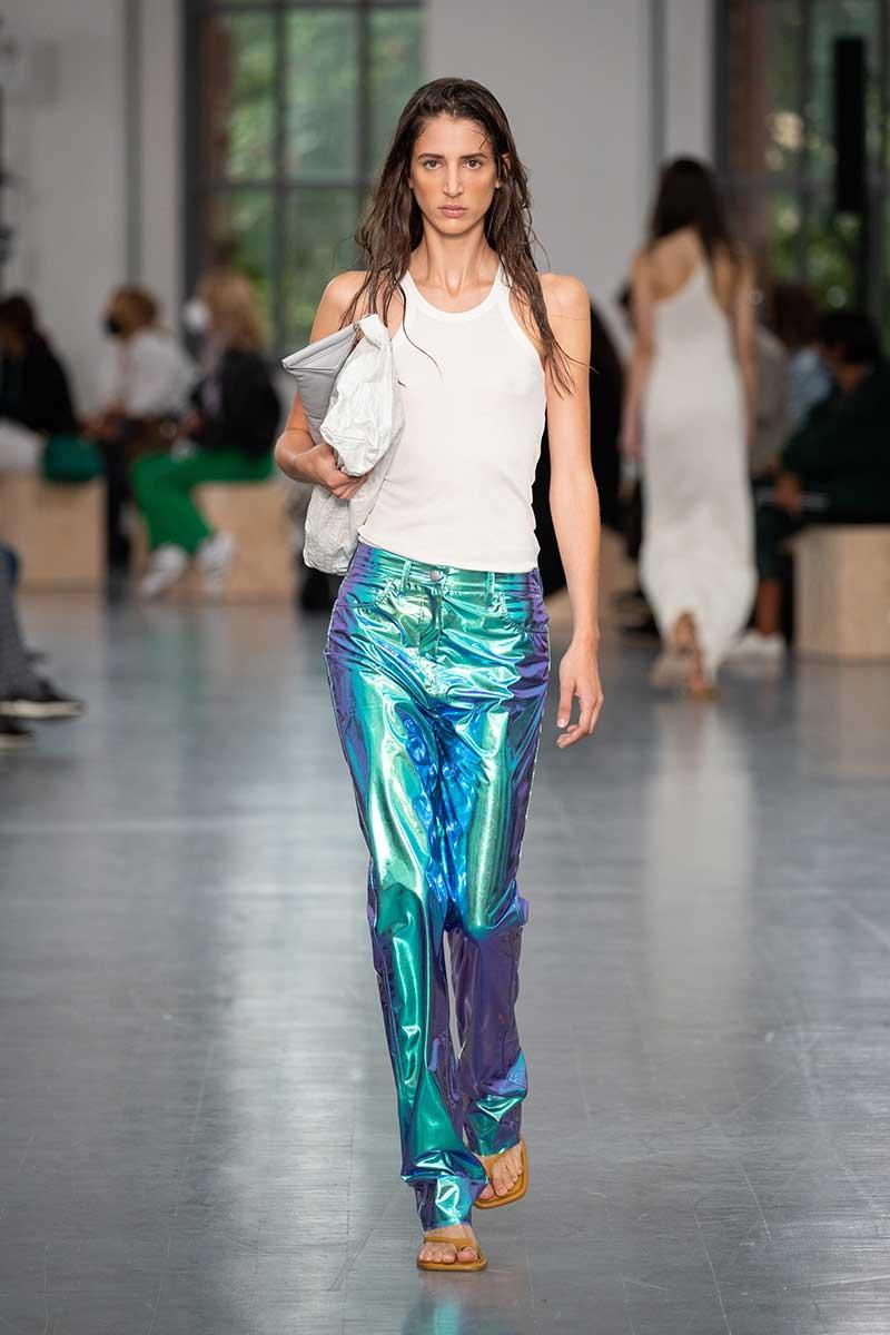 Modetrends 2021. Het hemdje is de nieuwe blouse