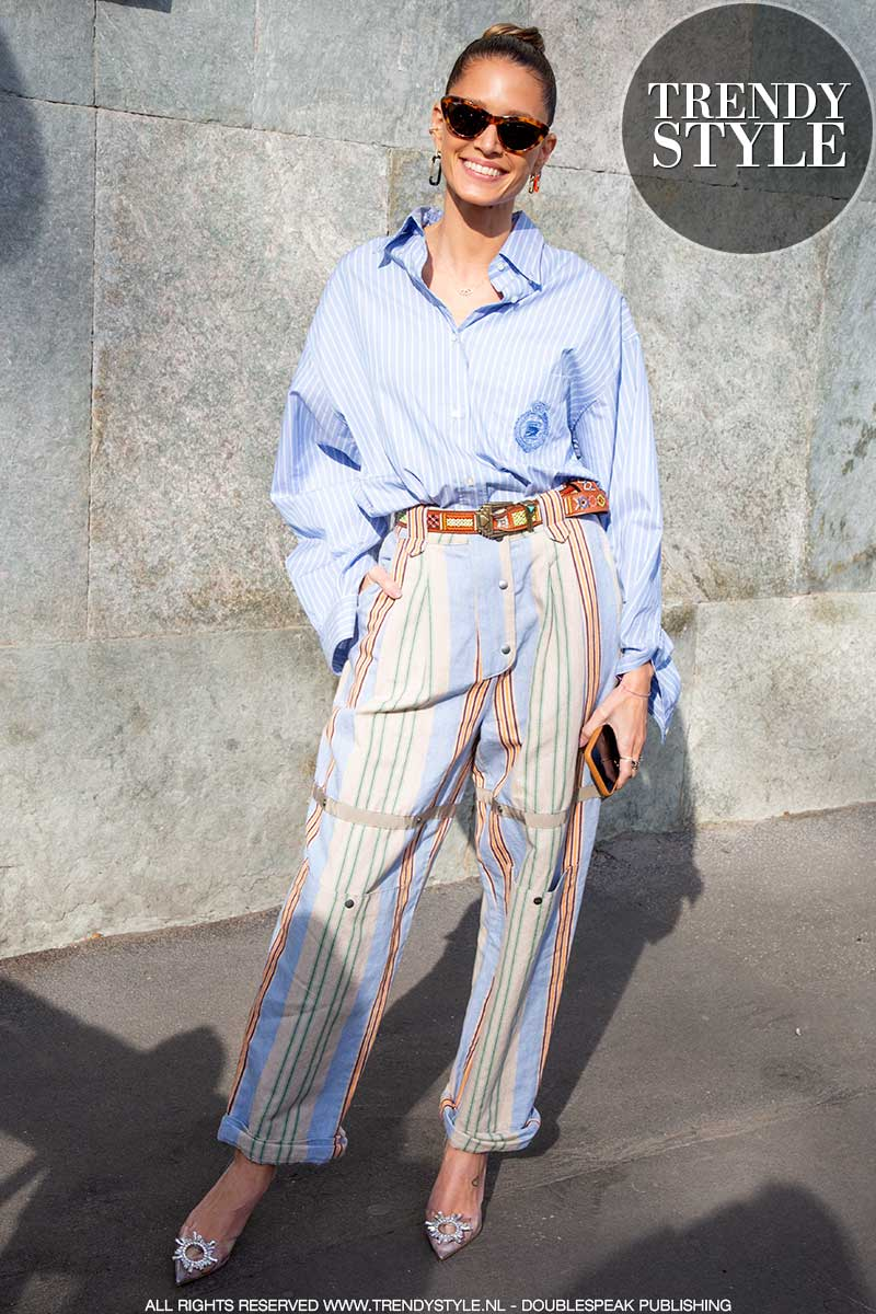 Streetstyle mode zomer 2020. Must-have items: jeans met hoge taille en streepoverhemd