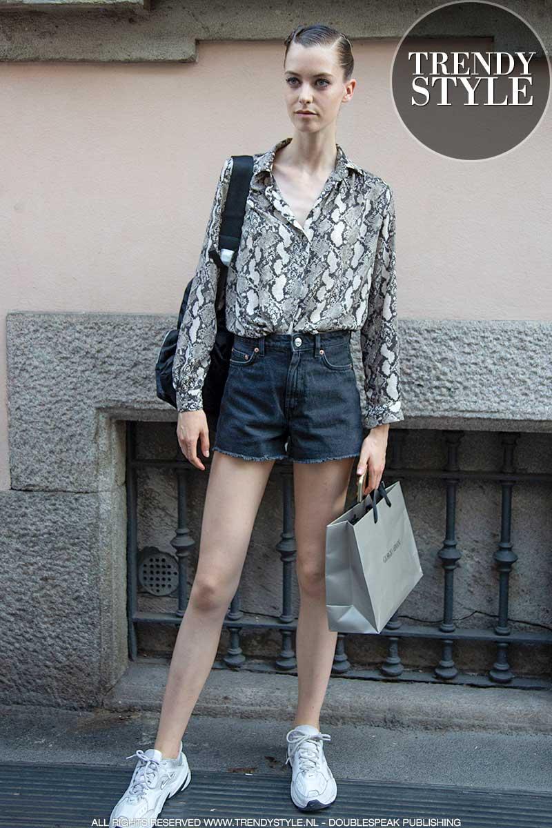 Streetstyle mode 2020. Spijkerbroeken: slim fit en shorts voor de fashion modellen