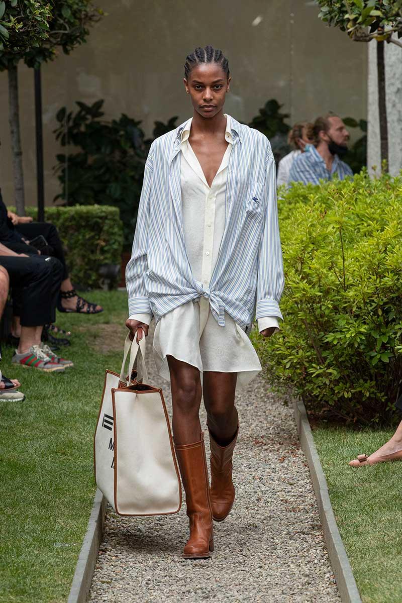Modetrends 2021. Streepoverhemden en gestreepte doorknoopjurken