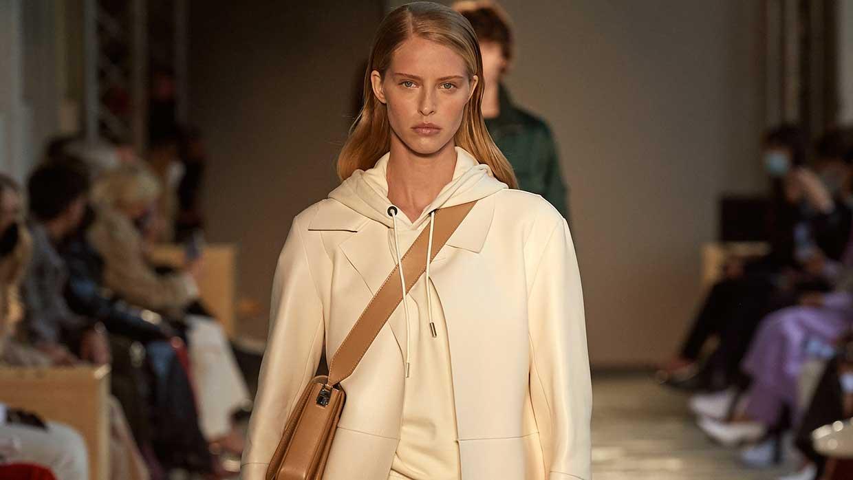 Modetrends lente zomer 2021. Dit is de coolste modelook voor nu! 10x Stijltips. Photo: courtesy of Boss