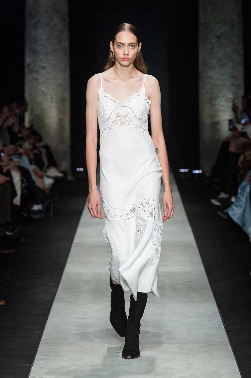 Modetrends winter 2020 2021. Lingerie als outerwear. Van beha's tot wollen chill pakjes!