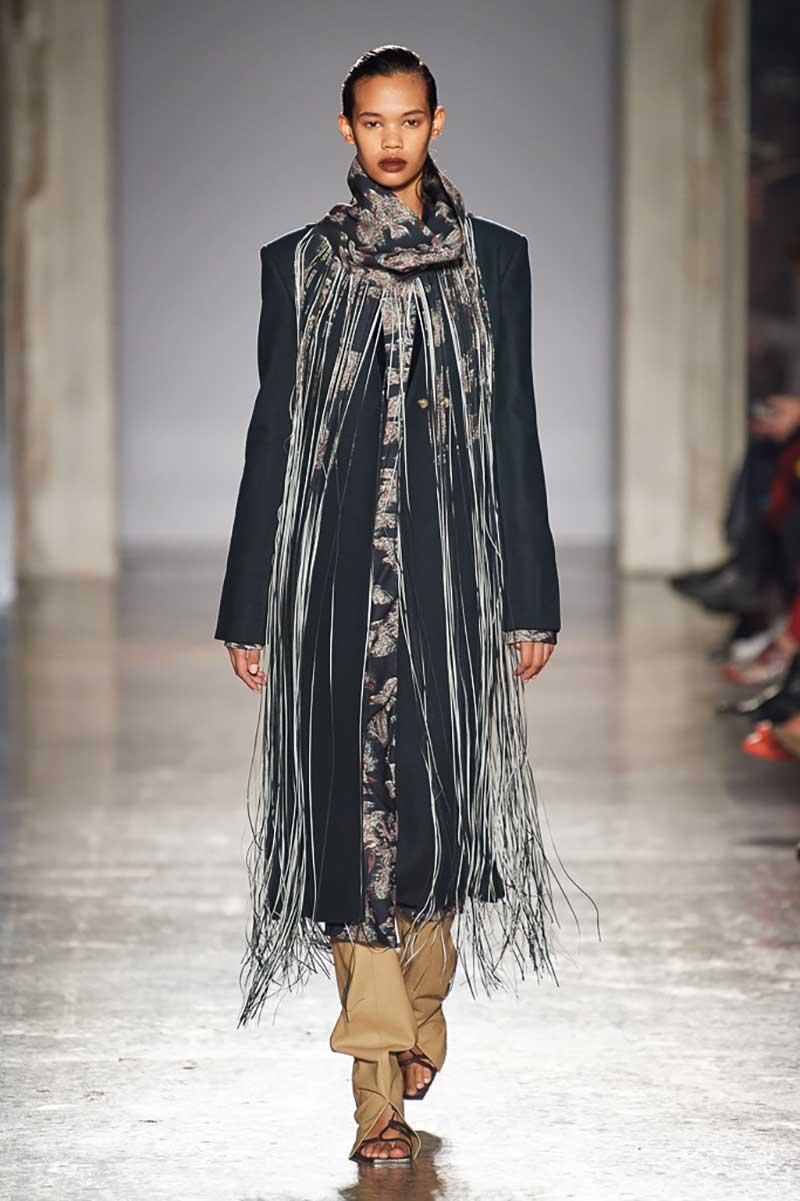 Modetrends winter 2020 2021. Kledingstukken en modeaccessoires met franjes
