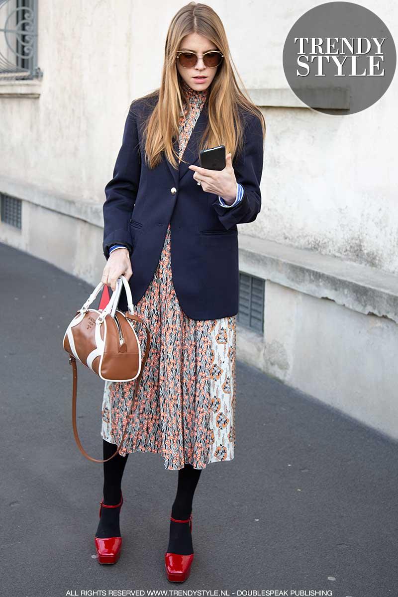 Streetstyle mode 2020. Must-have voor alle leeftijden: de donkerblauwe blazer!