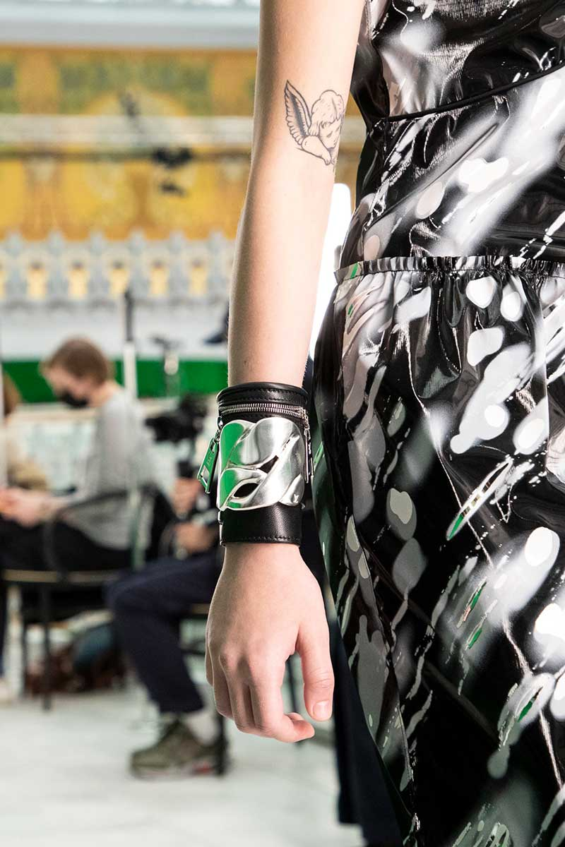 Modetrends lente zomer 2021. Trend alert: hands free. Grote zakken en praktische tasjes