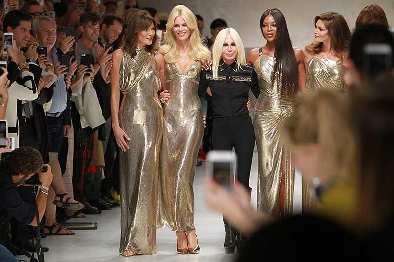 De Super Models van toen op de catwalk van Versace zomer 2018. Van links naar rechts: Helena Christensen, Claudia Schiffer, Donatella Versace, Naomi Campbell, Cindy Crawford, Carla Bruni