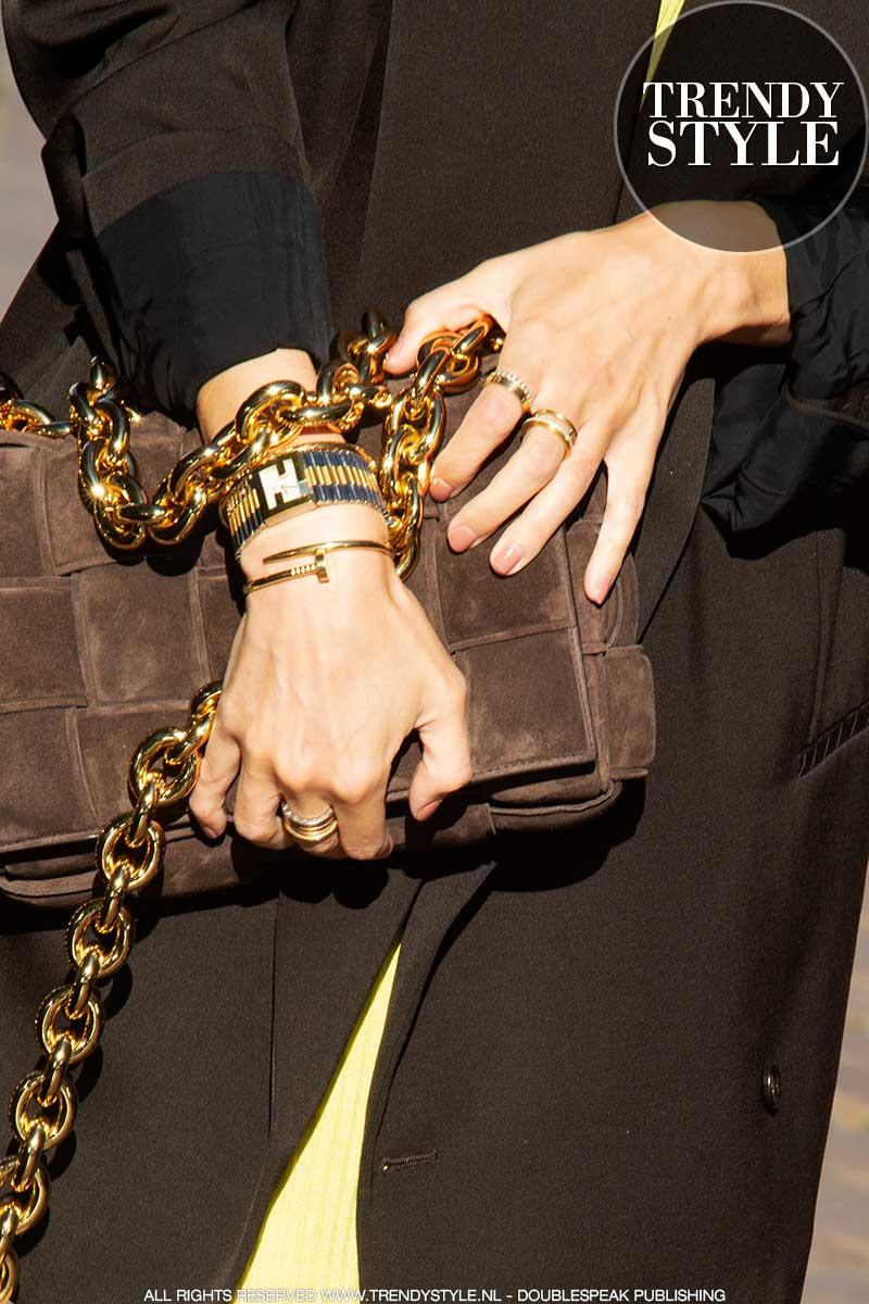 Trend alert: je handen als accessoire! Mode trends herfst winter 2020 2021. Nagellak en ringen