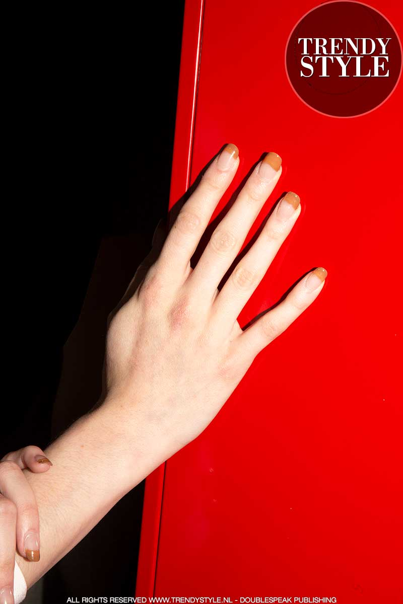 Nagellak trends lente zomer 2020. French manicure met karamelkleurig randje