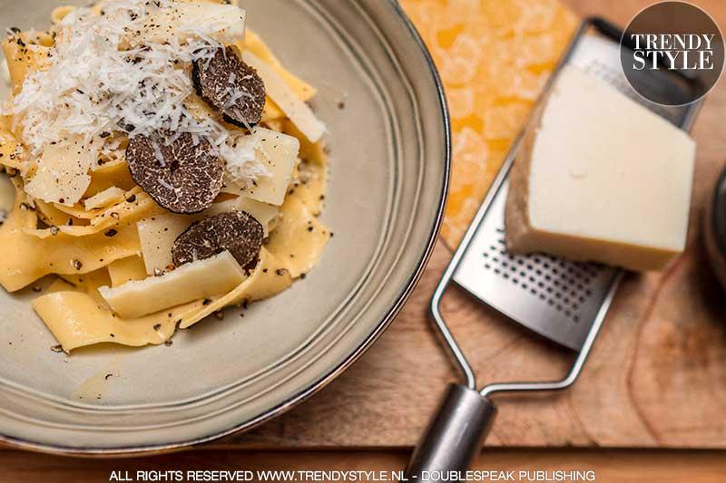 Italiaanse pasta recepten. Verse pappardelle met zwarte truffel saus