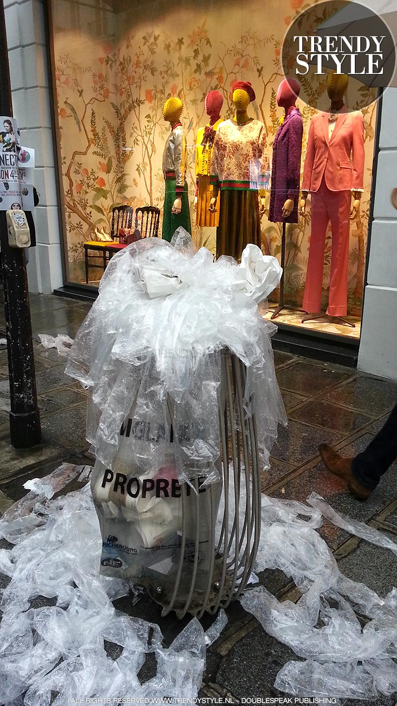 Paris Fashion Week. Foto van de dag. Bij Colette barst het van de… parapluzakjes :-)