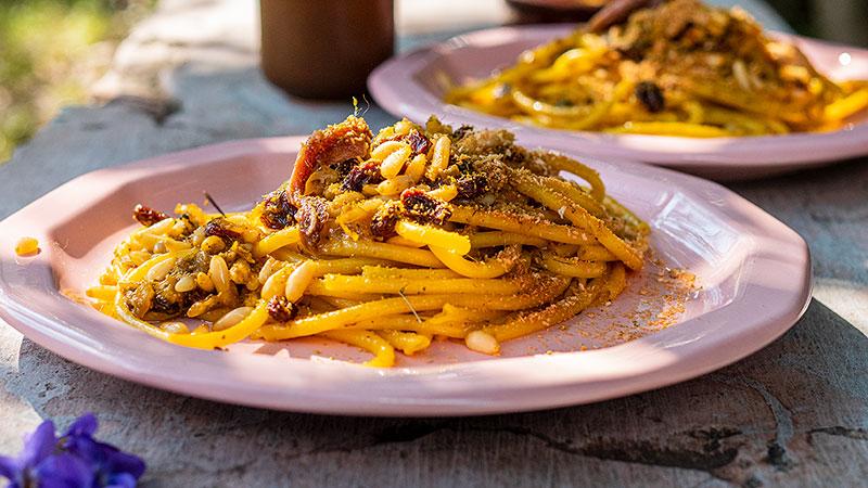 Bucatini pasta met ansjovis, venkelkruid, pijnboompitten en krentjes. Foto: Charlotte Mesman