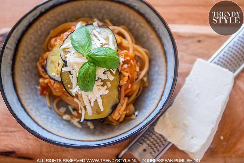 Pasta met aubergine, verse tomaten en gezouten ricotta
