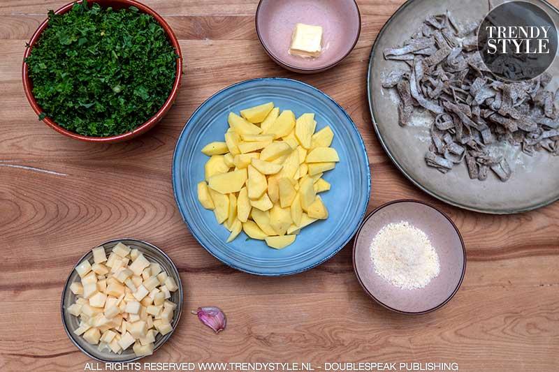 Pizzoccheri alla valtellinese. Boekweitpasta met savooiekool, aardappel en kaas