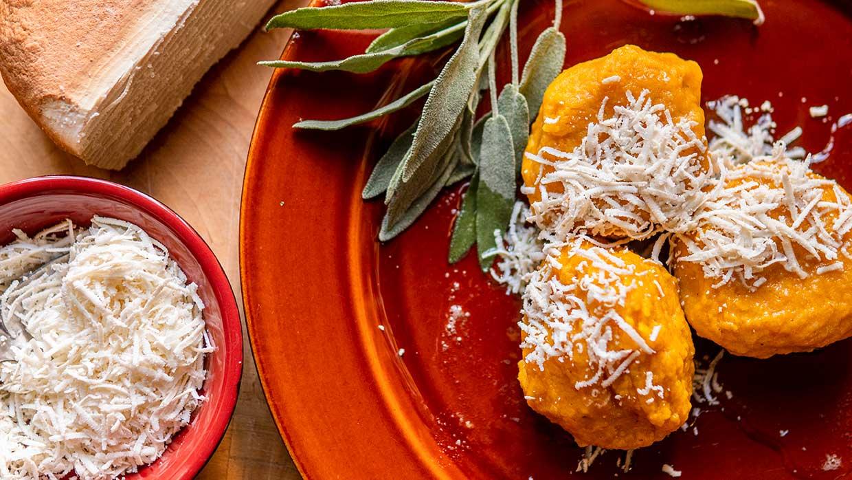 Koken in de herfst. Pompoengnocchi met boter en salie