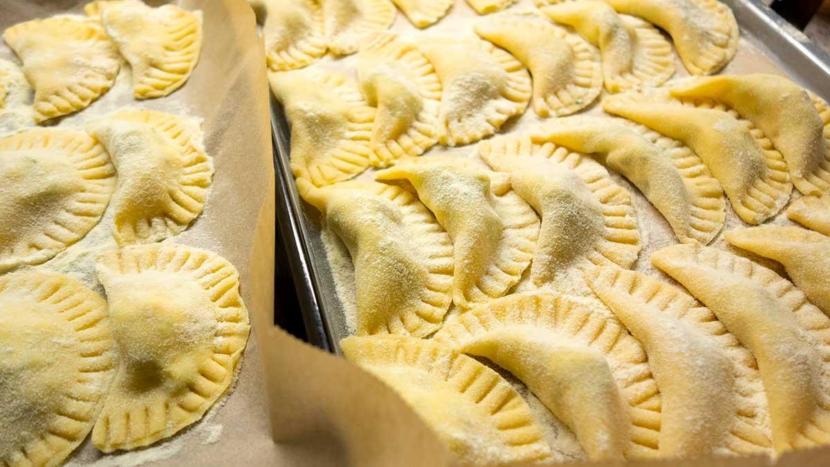 Zelf pasta maken. Ravioli met rucola en fetakaas