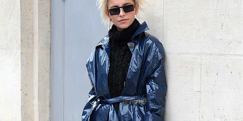 Blogger Caro Daur in blauwe regenjas