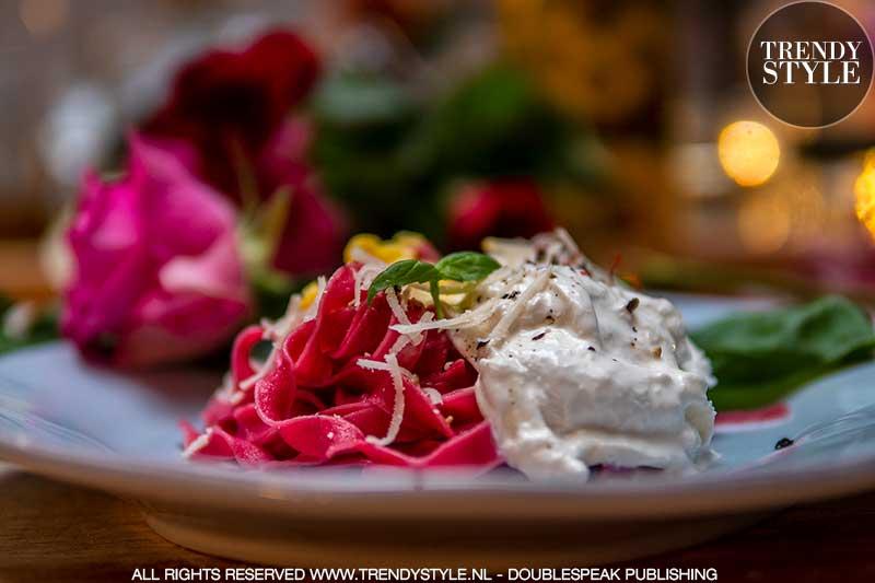 Valentijnsrecept. Rode tagliatelle met saffraanroomsaus en mini burrata