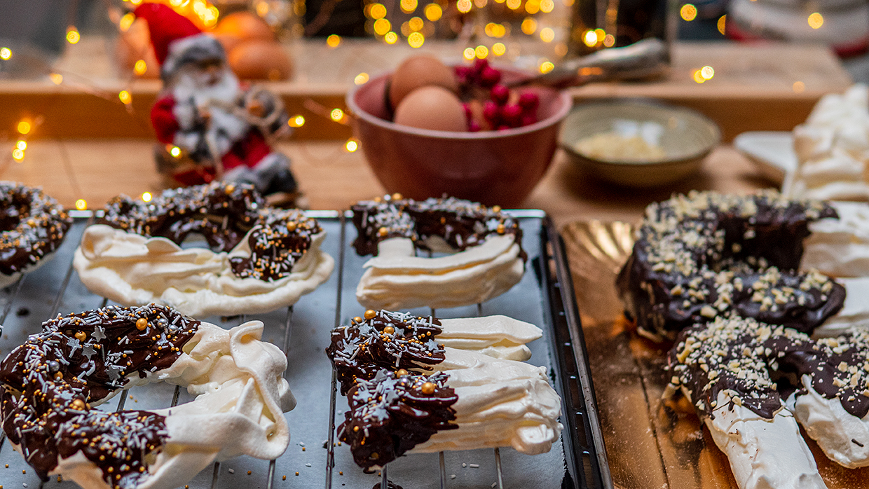 Zelfgemaakte schuimletters en Kerstkransen voor in de Kerstboom