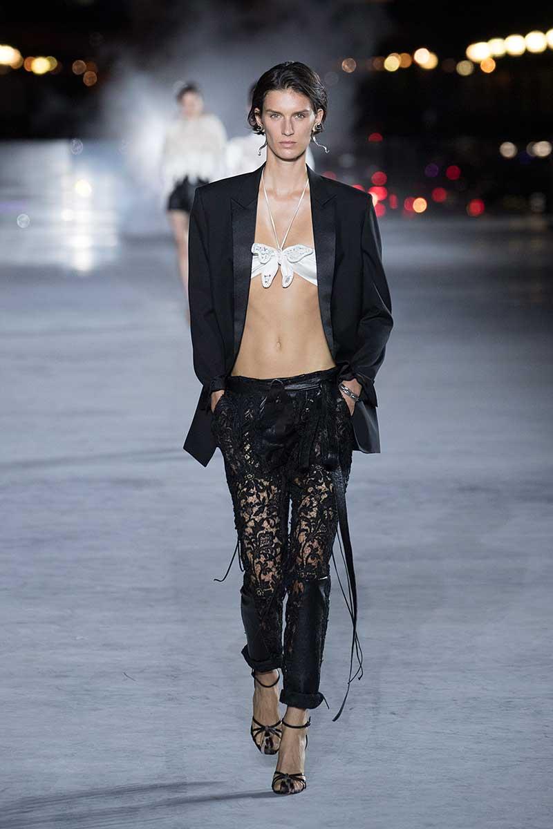 Mode trends zomer 2018. De smoking voor haar. Photo: courtesy of Saint Laurent
