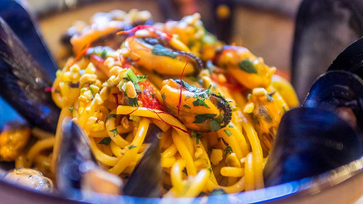Kookrecept. Spaghetti met mosselen en saffraan