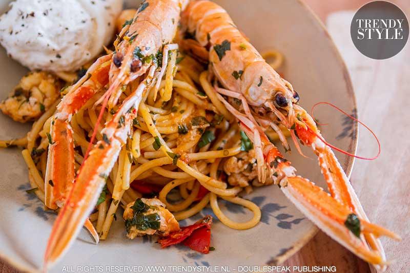 Spaghetti met langoustines en burrata