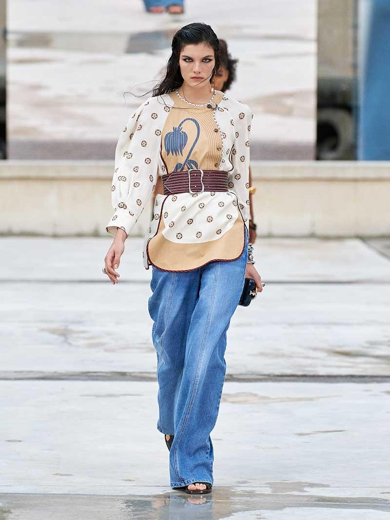 Spijkerbroeken trends lente zomer 2021. Modeshow: Chloé. Photo: courtesy of Chloé
