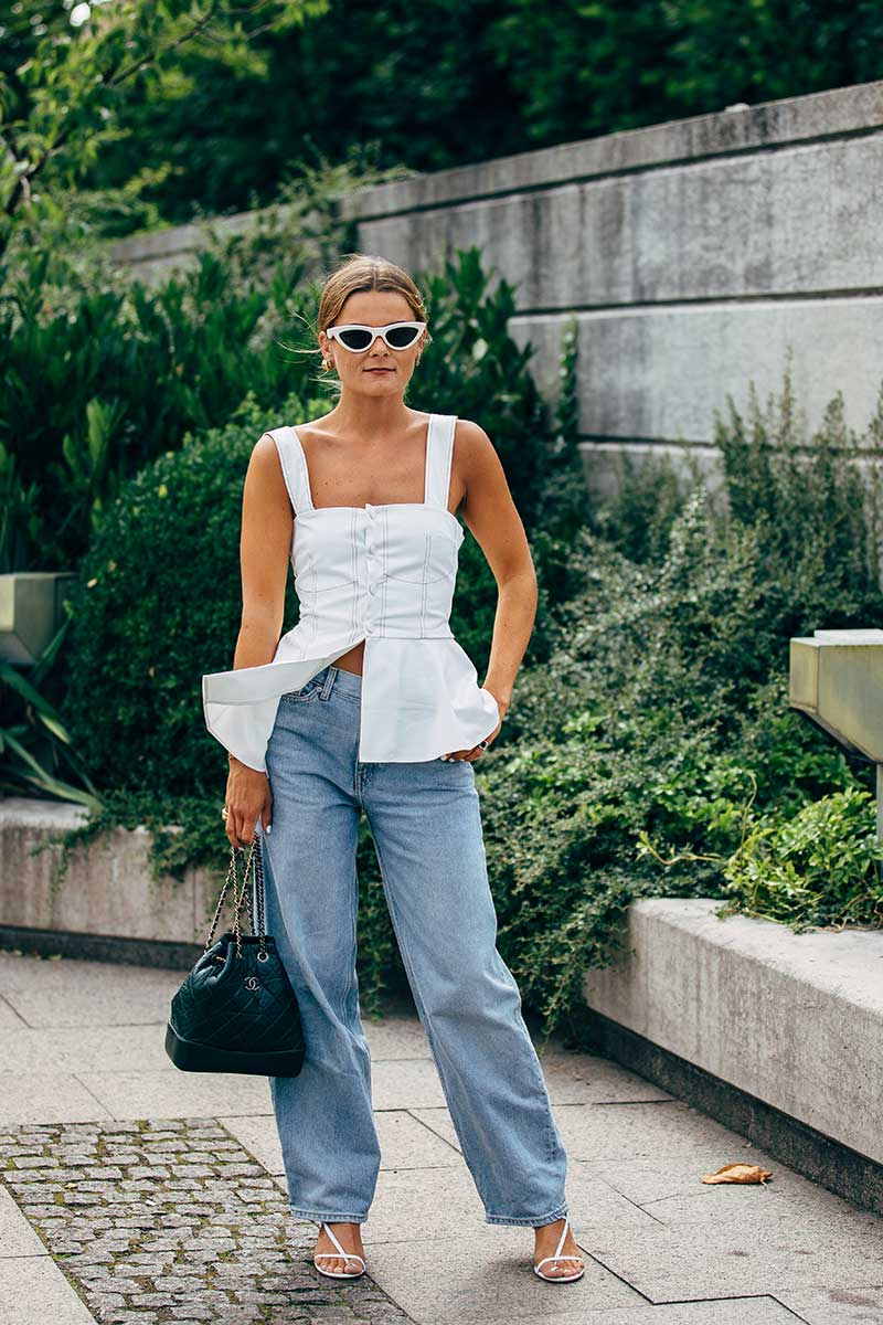 Streetstyle mode zomer 2020. Jaren '80 spijkerbroeken. Foto: Copenhagen Fashion Week