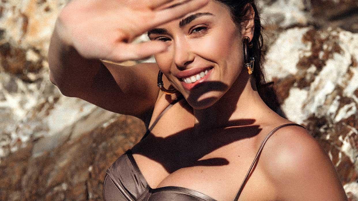 Strandmode trends 2021. Het wordt de zomer van de gekleurde (en kleine!) bikini's. Swimwear: Suahru