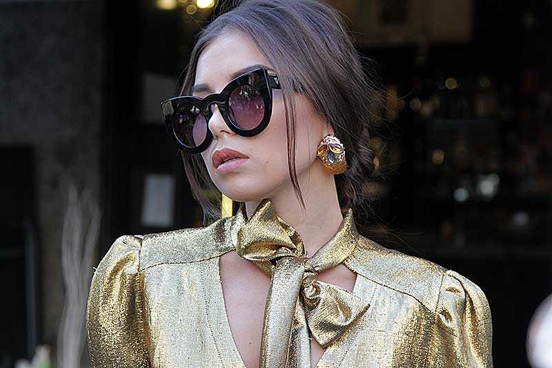 Street style mode vrouw herfst winter 2018 2019. Goud, zilver en glitter