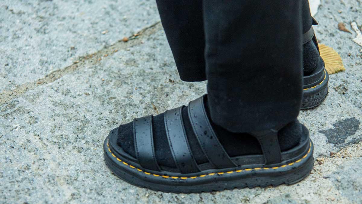 Streetstyle mode winter 2020 2021. Sandalen met sokken voor de herfst en winter