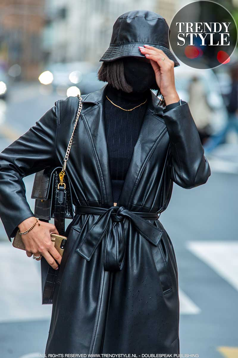 Streetstyle trends winter 2021. Total black mode outfits. Foto: Charlotte Mesman