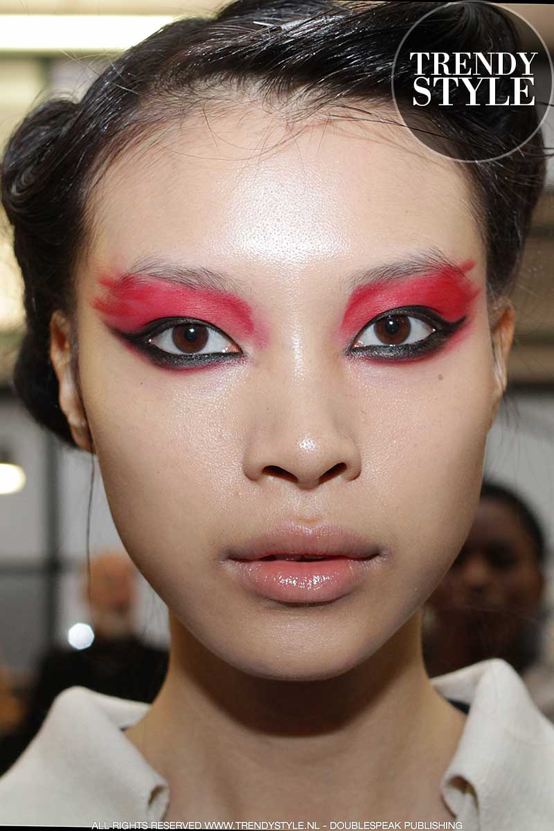 Oogmake-up in rood met zwart. Fashion Show: Antonio Marras, make-up: Tom Pecheux voor M.A.C.
