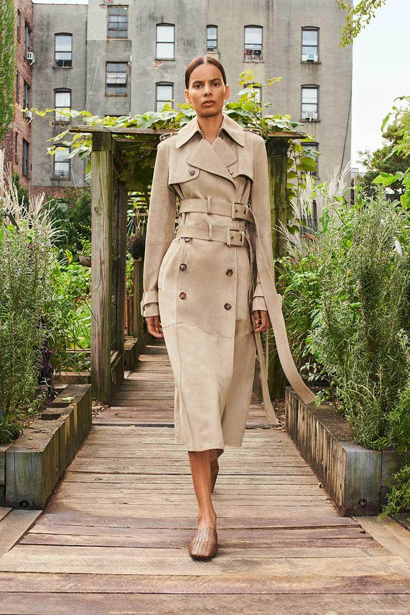 Modetrends lente zomer 2021. De allernieuwste trench coats. Photo: courtesy of Michael Kors