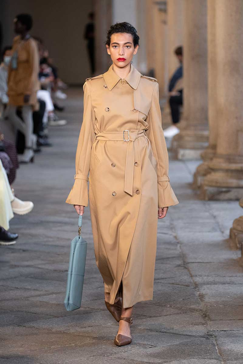 Modetrends lente zomer 2021. De allernieuwste trench coats. Photo: courtesy of Max Mara