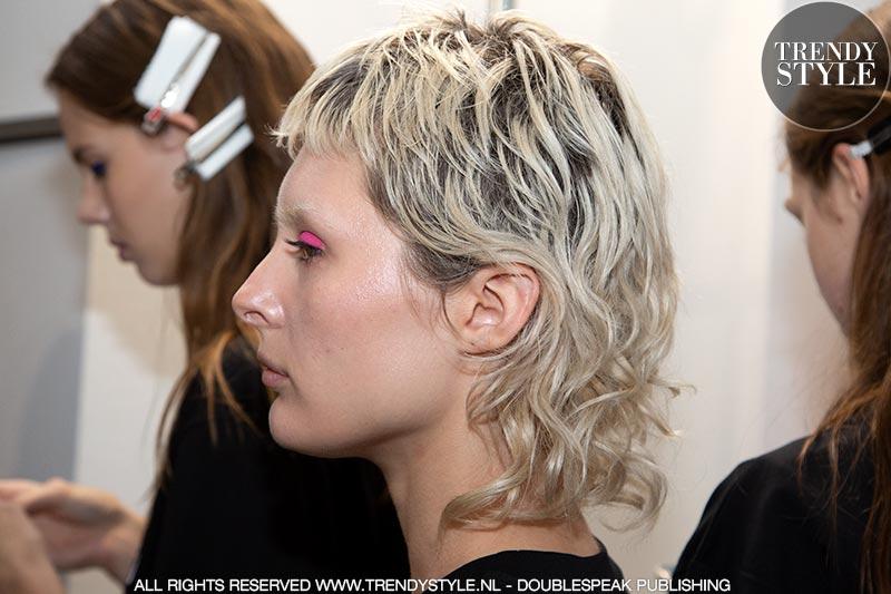 Kort geblondeerd kapsel met jaren '80 haarsnit