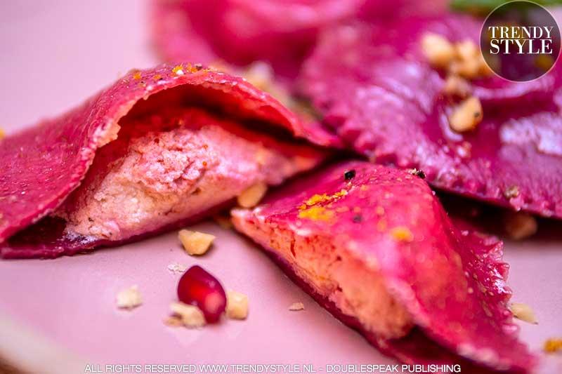 Valentijnsrecept. Ravioli harten van rodebietjespasta met pittige ricottavulling. Foto: Charlotte Mesman